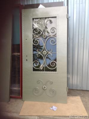 входные двери остекленные с ковкой