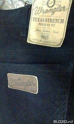 Замечательная модель джинсов прямого покроя, с застежкой на молнию и пуговицу. Спереди два прорезных кармана, сзади два накладных кармана, декорированных прострочками и фирменным логотипом. На поясе шлевки для ремня.